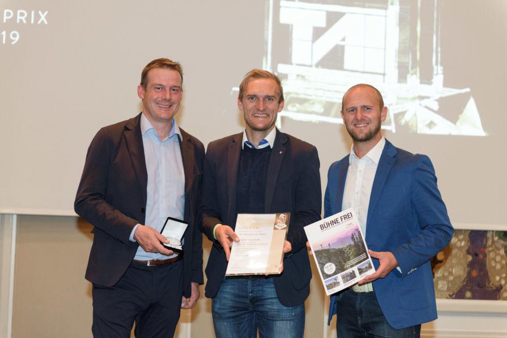 Thomas Oberhuber, Armin Kuen (Geschäftsführer TVB PillerseeTal) und Roland Kuen nehmen den Preis entgegen.