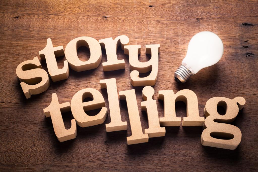 Holzbuchstaben, die das Wort Storytelling bilden.