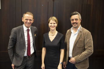 Auf dem Bild v.l.n.r.: Markus Sappl (UniCredit Bank Austria, Landesdirektor Firmenkunden Tirol), Sandra Wechselberger-Schreyer (Swarovski New Ventures) und Josef Gunsch (Physiotherm).