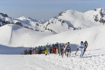 Der 150 Meter lange Aufstieg kurz nach dem Massenstart treibt den Puls der Teilnehmer in die Höhe.