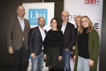 Auf dem Bild v.l.n.r.: Dr. Roman Stöger (FH Kufstein Tirol), Markus Gwiggner (i.ku Innovationsplattform Kufstein & Geschäftsführer styleflasher), Birgit Pristauz (Bichlbäck Ebbs), Prof. (FH) DI Dr. Martin Adam (FH Kufstein Tirol), Lilly Staudigl und Verena Wechselberger (LillyVees).