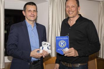 Der Kiwanis-Präsident Andreas Walter übergab im Rahmen des Clubabends 240 Teddybären an Primar Prof. Dr. Tobias Trips (links).