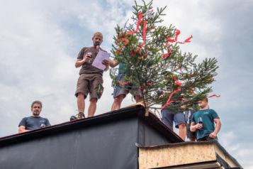 Am Donnerstag, dem 23. Juli 2020, wurde die traditionelle Firstfeier im Naturquartier zelebriert.