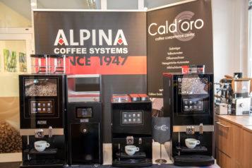 Mit der ALPINA New Generation präsentiert Cald'oro drei neue Modelle in unterschiedlichen Größen, die 50 bis 200 Tassen Kaffee in nur einer Stunde kreieren.