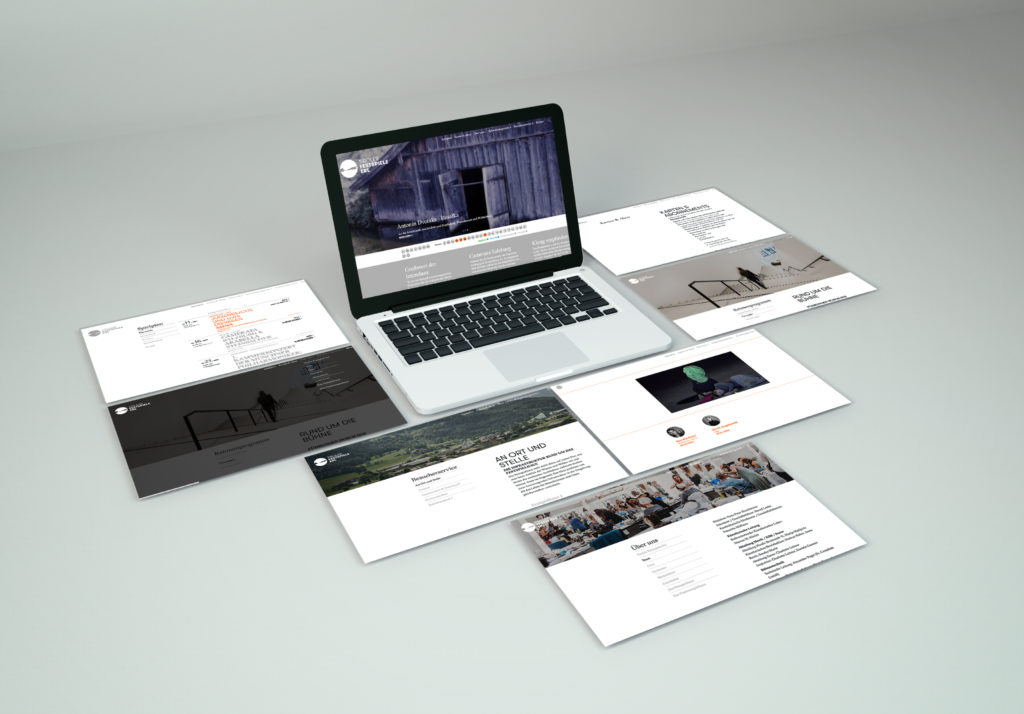 Ein aufgeklappter Laptop, auf dem die neue Website der Festspiele Erl zu sehen ist.