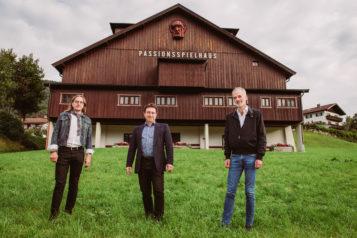 Auf dem Bild v.l.n.r.: Regisseur Norbert Mladek, Kapellmeister Josef Pirchmoser und Schriftsteller Toni Bernhart.