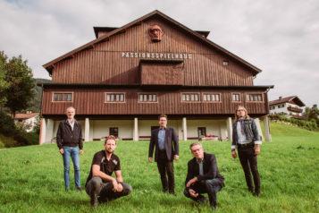Auf dem Bild v.l.n.r.: Schriftsteller Toni Bernhart, Darsteller Michael Juffinger, Kapellmeister Josef Pirchmoser, Obmann Johann Kröll und Regisseur Norbert Mladek.