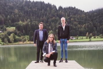 Auf dem Bild v.l.n.r.: Kapellmeister Josef Pirchmoser, Regisseur Norbert Mladek und Schriftsteller Toni Bernhart.