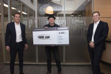Auf dem Bild v.l.n.r.: Gerald Unterberger, Obmann Peter Grüner (Verein DOWAS) und Florian Unterberger bei der Spendenübergabe