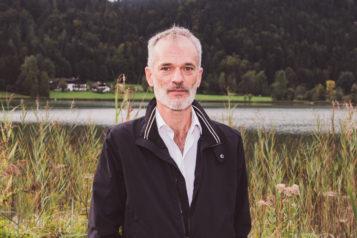 Der Südtiroler Schriftsteller Toni Bernhart hat eine Neufassung für die Passion geschrieben, nachdem der alte Text von Jakob Reimer fast 100 Jahre lang gespielt wurde.