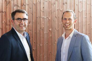 Sind künftig gemeinsam auf dem innovativen Holzweg: Baumeister Anton Rieder (li.) von RIEDERBAU und Huetz-Geschäftsführer Ing. Leonhard Huetz.